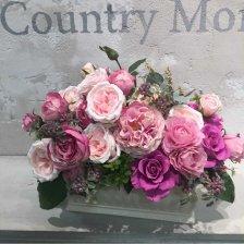 プリザーブドフラワーと高級造花の豪華なピンクのバラのアレンジメント