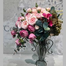 豪華なピンクのバラの大きいフラワーアレンジメント