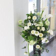 白いカラーとバラが華やかな大きなスタンド型ディスプレイ装花(高級造花)