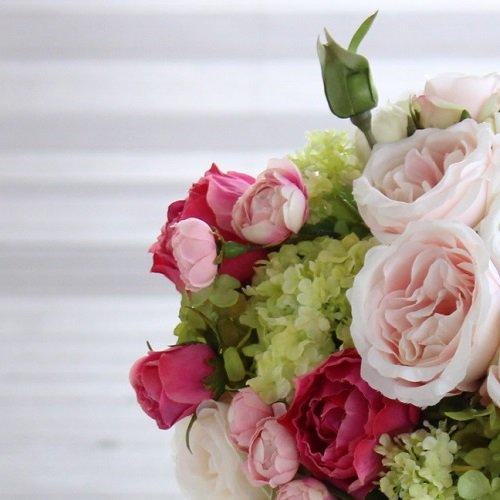 白と淡いピンク ロマンティックなオールドローズのクラッチブーケ