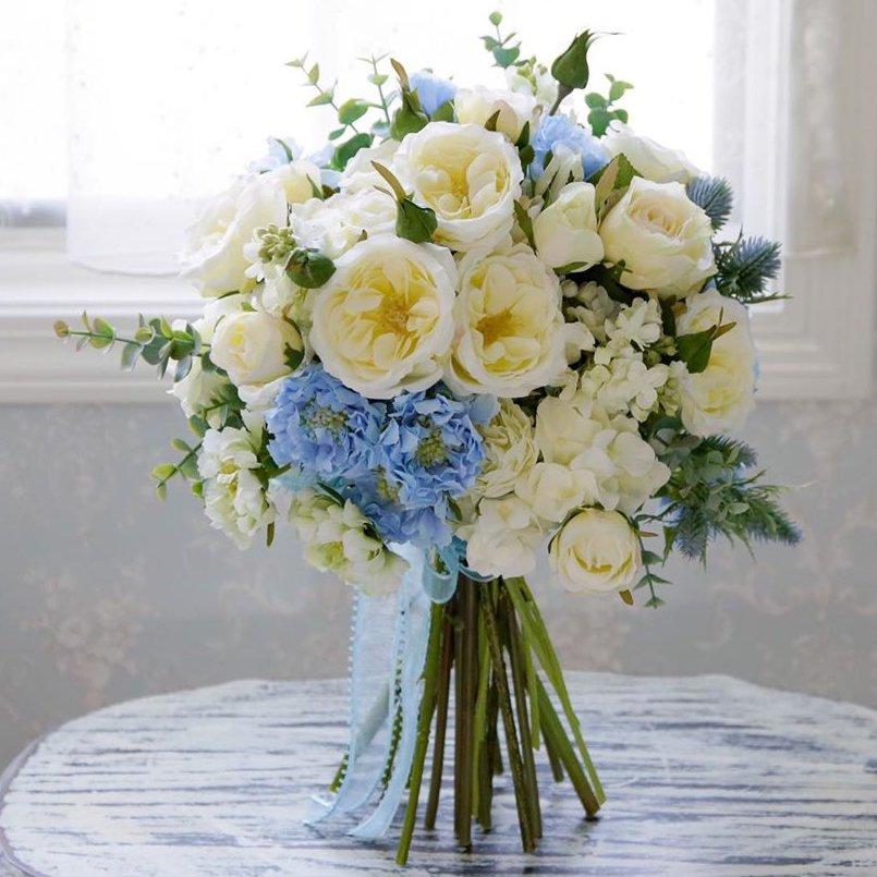 ブルーのスカピオサとホワイトのオールドローズ 高級造花のクラッチブーケ