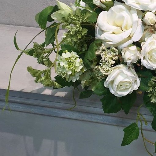 白のバラとグリーン大きな高級造花のテーブルフラワーアレンジメント