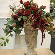 ダークレッドのバラの豪華なフラワーアレンジメント