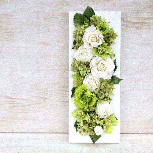 白とグリーンのコントラストが美しいバラの壁掛けプリザーブドフラワーアレンジメント