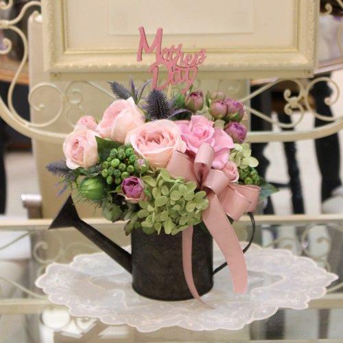 アンティーク風ジョウロに美しいバラのプリザーブドフラワーのアレンジメント
