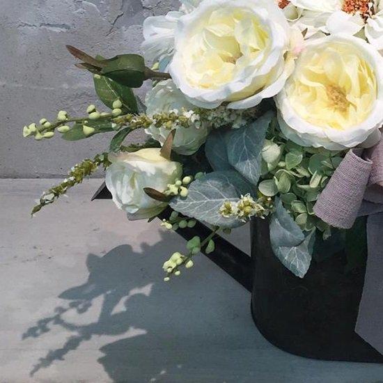 アンティーク風ジョウロにバラとジニアのアレンジメント
