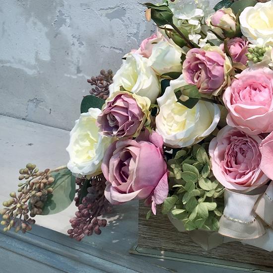 ブック型の花器に溢れるバラのアレンジメント
