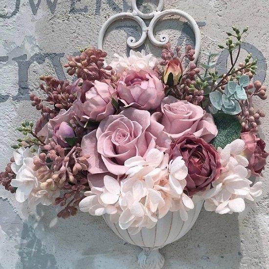 ホワイトアイアンの美しい壁掛けにバラのアレンジメント