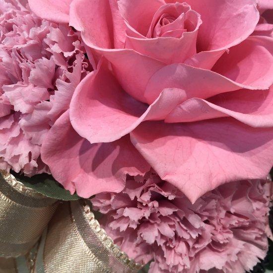 ピンクのカーネーションとバラのアレンジメント 母の日※ギフトタイプ1