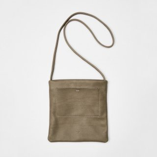 <img class='new_mark_img1' src='https://img.shop-pro.jp/img/new/icons54.gif' style='border:none;display:inline;margin:0px;padding:0px;width:auto;' />20/80 - SHRINK LEATHER FLAT POCKET SHOULDER BAG SMALL (GRAY)