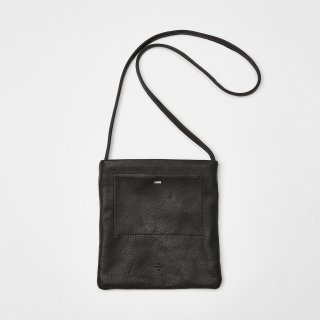 <img class='new_mark_img1' src='https://img.shop-pro.jp/img/new/icons54.gif' style='border:none;display:inline;margin:0px;padding:0px;width:auto;' />20/80 - SHRINK LEATHER FLAT POCKET SHOULDER BAG SMALL (BLACK)