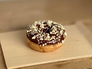チョコレートナッツドーナツ