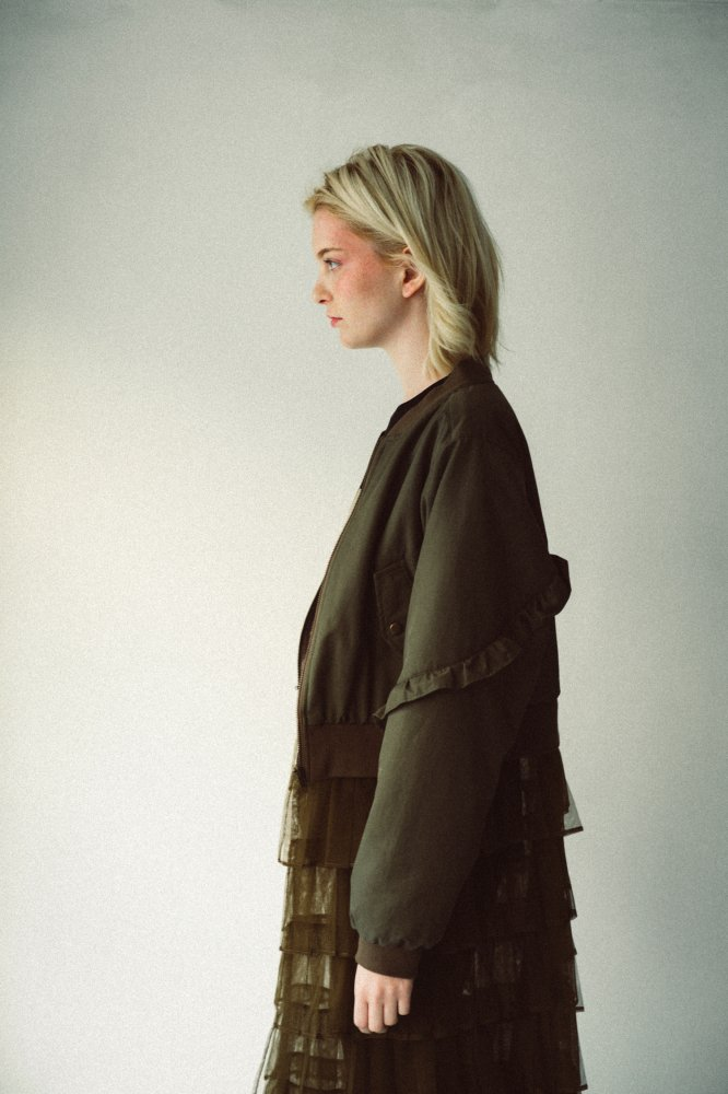 THE 2WAY TULLE PLEATED BLOUSON (KHAKI)<img class='new_mark_img2' src='https://img.shop-pro.jp/img/new/icons21.gif' style='border:none;display:inline;margin:0px;padding:0px;width:auto;' />