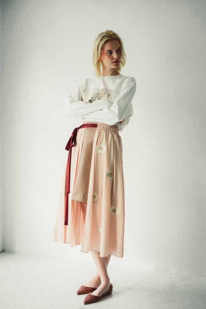 THE ORIGINAL EMBROIDERY PLEATED SKIRT (BEIGE)<img class='new_mark_img2' src='https://img.shop-pro.jp/img/new/icons21.gif' style='border:none;display:inline;margin:0px;padding:0px;width:auto;' />