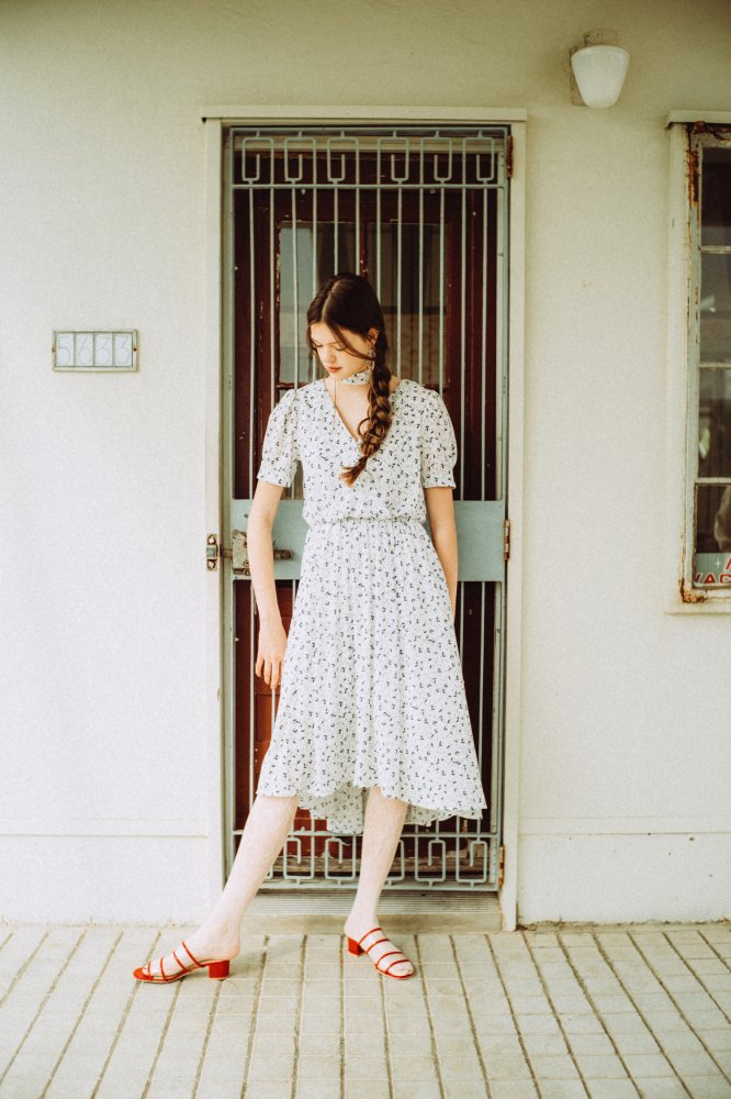 THE PETIT FLOWER CROSSOVER DRESS WITH SCARF (WHITE)<img class='new_mark_img2' src='https://img.shop-pro.jp/img/new/icons21.gif' style='border:none;display:inline;margin:0px;padding:0px;width:auto;' />