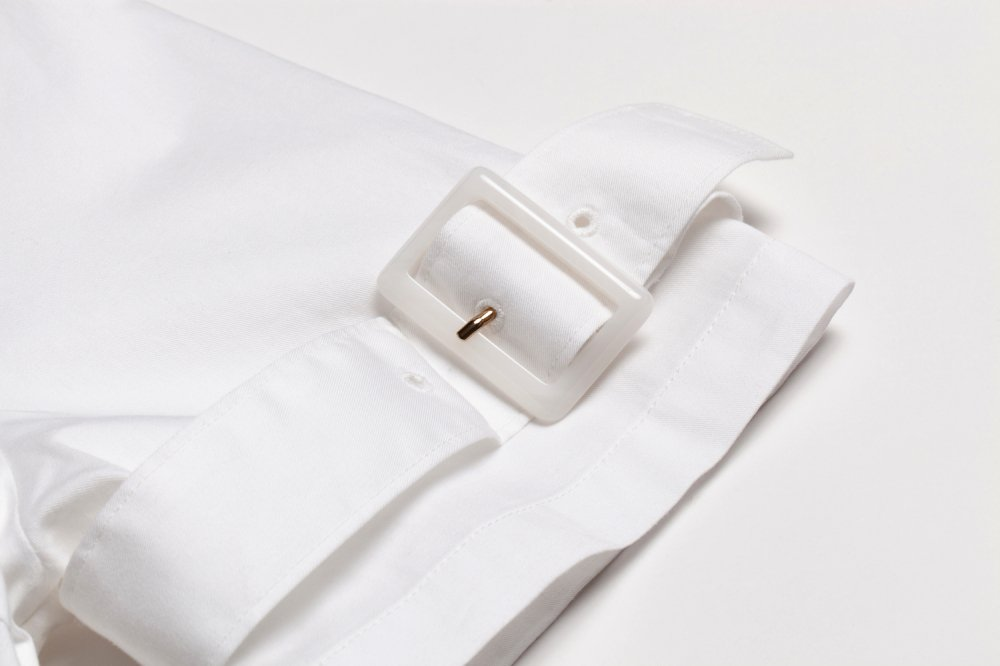 THE BUCKLE SLEEVE EMBROIDERY TOPS(WHITE)<img class='new_mark_img2' src='https://img.shop-pro.jp/img/new/icons21.gif' style='border:none;display:inline;margin:0px;padding:0px;width:auto;' />