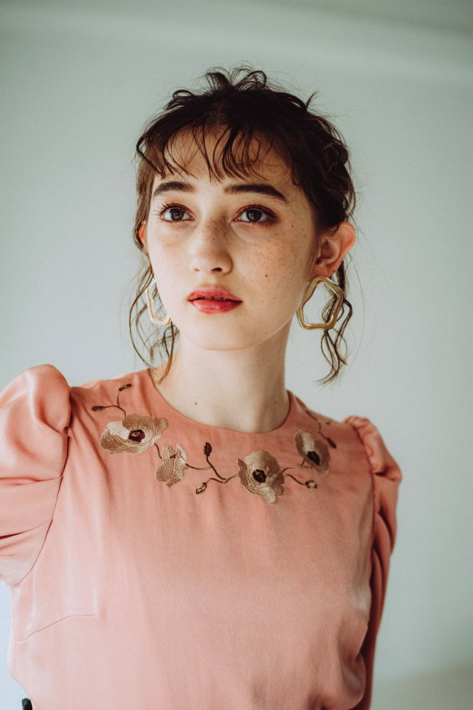 THE FLOWER EMBROIDERY POWER SHOLDER TOPS (ORANGE)<img class='new_mark_img2' src='https://img.shop-pro.jp/img/new/icons21.gif' style='border:none;display:inline;margin:0px;padding:0px;width:auto;' />