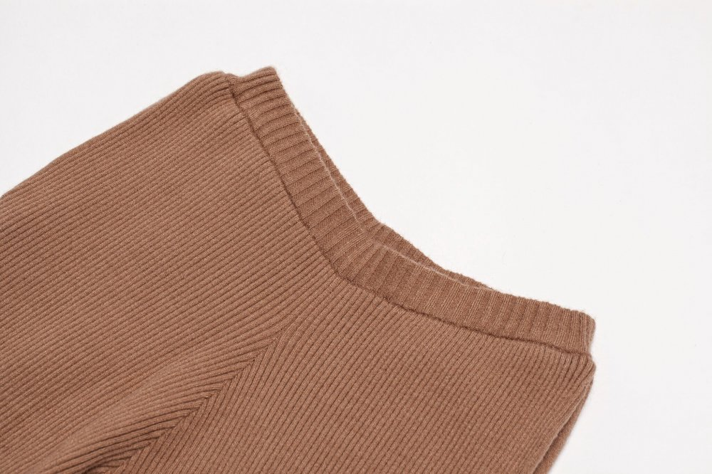 THE RIBBED KNIT FLARED PANTS (BEIGE) <img class='new_mark_img2' src='https://img.shop-pro.jp/img/new/icons21.gif' style='border:none;display:inline;margin:0px;padding:0px;width:auto;' />