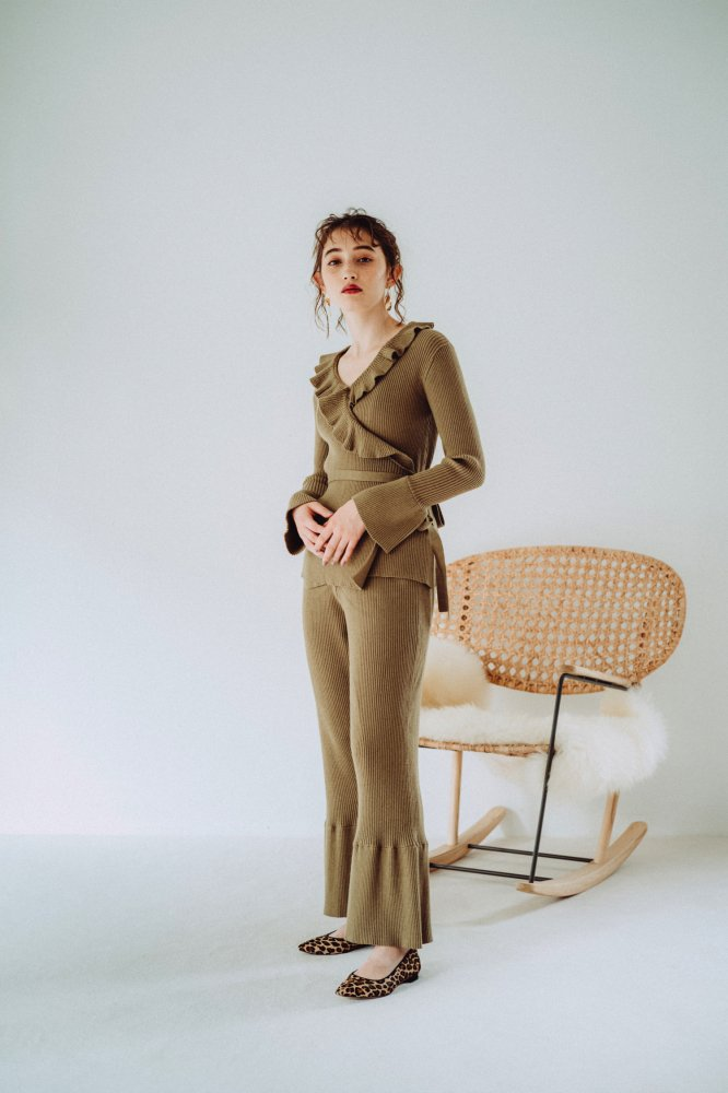 THE RIBBED KNIT FLARED PANTS (KHAKI)<img class='new_mark_img2' src='https://img.shop-pro.jp/img/new/icons21.gif' style='border:none;display:inline;margin:0px;padding:0px;width:auto;' />