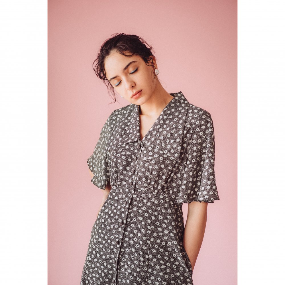 THE TRIANGLE COLLAR MAXI DRESS (BLACK FLOWER)<img class='new_mark_img2' src='https://img.shop-pro.jp/img/new/icons21.gif' style='border:none;display:inline;margin:0px;padding:0px;width:auto;' />