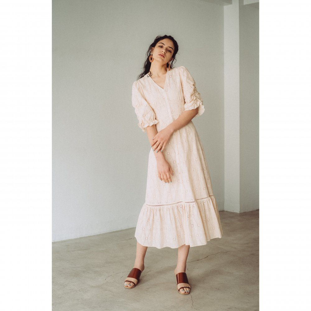 THE COTTON LACE VOLUME SLEEVE DRESS(BEIGE)<img class='new_mark_img2' src='https://img.shop-pro.jp/img/new/icons21.gif' style='border:none;display:inline;margin:0px;padding:0px;width:auto;' />
