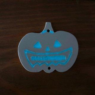 光る!ハロウィン蓄光タイル【オバケかぼちゃ(穴あり)】/おまけタイル2ヶ/モビール作りに!【*ご注文後に蓄光加工、1週間でお届け】