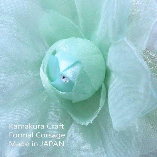 輝くペールグリーンの一輪花のフォーマルコサージュ リボン・ビーズ付き【画像3】