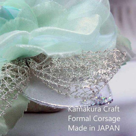 輝くペールグリーンの一輪花のフォーマルコサージュ リボン・ビーズ付き【画像4】