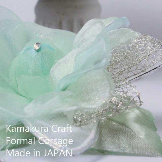 輝くペールグリーンの一輪花のフォーマルコサージュ リボン・ビーズ付き【画像6】