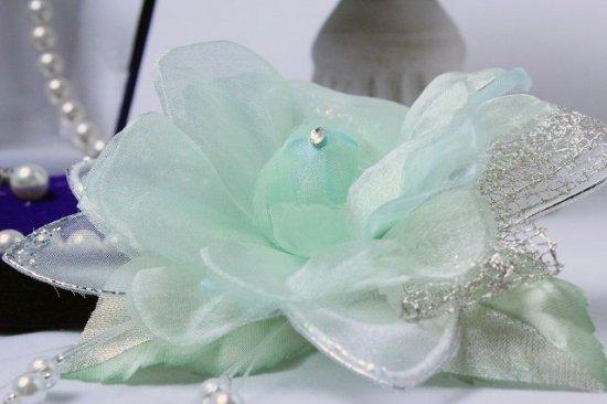 輝くペールグリーンの一輪花のフォーマルコサージュ リボン・ビーズ付き【画像7】