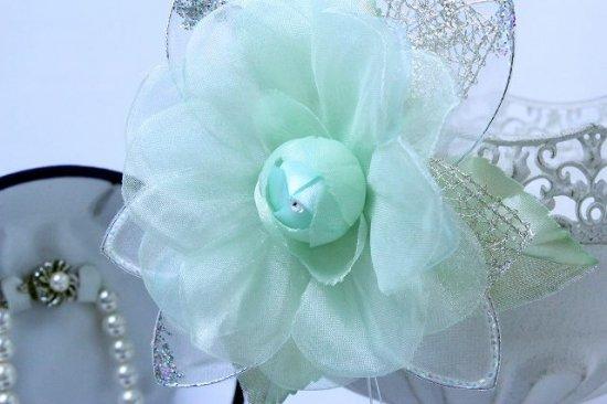 輝くペールグリーンの一輪花のフォーマルコサージュ リボン・ビーズ付き【画像8】