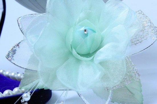 輝くペールグリーンの一輪花のフォーマルコサージュ リボン・ビーズ付き【画像9】