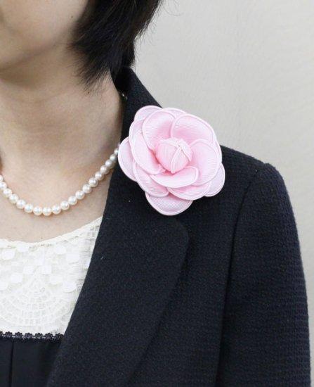 ピンクのカメリア コサージュ  グログラン生地のモノトーンタイプ【画像3】