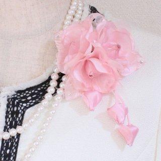 1点もの コサージュ ピンク 小さい バラ 三輪 蕾 下がりつき コサージュ ケース付き