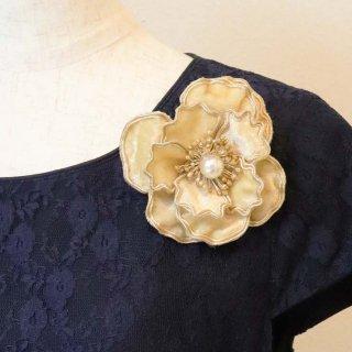 コサージュ | シンプル で 装飾 が 少なめ ゴールド 金 ベルベット 光沢 コサージュ ケース付き