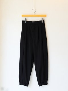 <img class='new_mark_img1' src='https://img.shop-pro.jp/img/new/icons6.gif' style='border:none;display:inline;margin:0px;padding:0px;width:auto;' />IIROT / Front tuck balloon pants (Black) 21WINTER