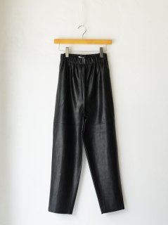 <img class='new_mark_img1' src='https://img.shop-pro.jp/img/new/icons6.gif' style='border:none;display:inline;margin:0px;padding:0px;width:auto;' />IIROT / Fake Leather Tapered Pants 21WINTER