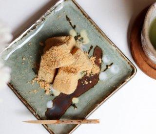 料亭蔦茂|わらび餅 愛知県産フクユタカの焙煎きな粉が香る蔦茂名物わらび餅|「大正2年創業」