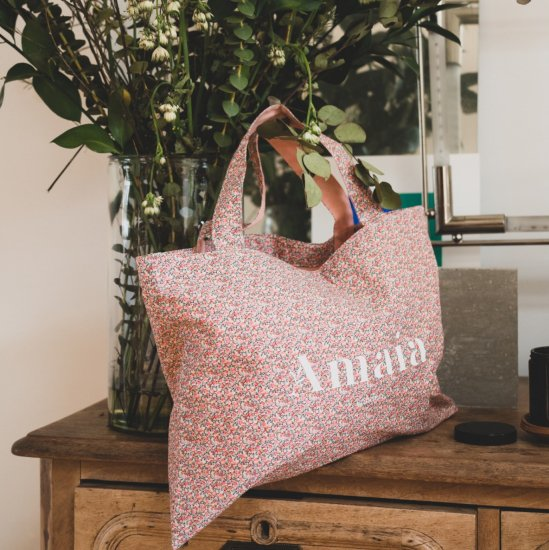 <img class='new_mark_img1' src='https://img.shop-pro.jp/img/new/icons14.gif' style='border:none;display:inline;margin:0px;padding:0px;width:auto;' />Amaia Kids - The Duchess Liberty pepper pink bag アマイアキッズ - リバティプリントプリンセスバッグ
