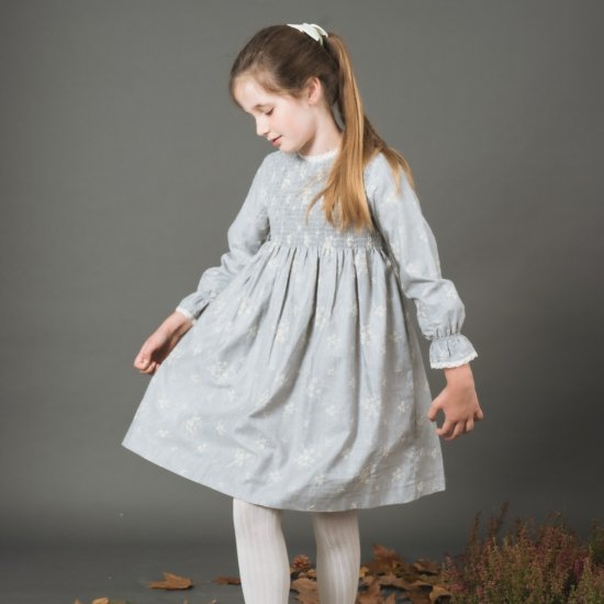 <img class='new_mark_img1' src='https://img.shop-pro.jp/img/new/icons14.gif' style='border:none;display:inline;margin:0px;padding:0px;width:auto;' />Amaia Kids - Laeticia dress - Light grey embroidered twill アマイアキッズ - ツイル刺繍ワンピース