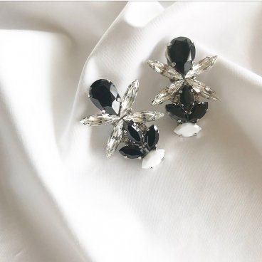 <img class='new_mark_img1' src='https://img.shop-pro.jp/img/new/icons47.gif' style='border:none;display:inline;margin:0px;padding:0px;width:auto;' />black crystal pierce earring
