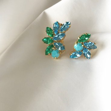 <img class='new_mark_img1' src='https://img.shop-pro.jp/img/new/icons47.gif' style='border:none;display:inline;margin:0px;padding:0px;width:auto;' />green blue crystal pierce earring