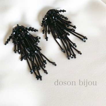 <img class='new_mark_img1' src='https://img.shop-pro.jp/img/new/icons47.gif' style='border:none;display:inline;margin:0px;padding:0px;width:auto;' />tassel bees black pierce earring