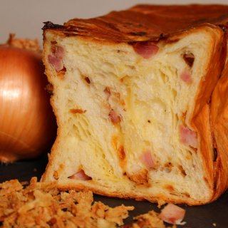 【グルメな本格的デニッシュ】スイーツ デニッシュ ベーコンオニオン 1斤(角切りベーコンとオニオンフライを折り込んだ デニッシュ 食パン)