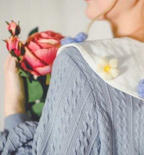 セミロリータ ケーブルニットトップス 秋冬 トップス セーター ニット 襟付き お花 モチーフ フラワー ブルー かわいい ガーリー 上品 おしゃれ デイリー おでかけ デート フェミニン 長袖 大き