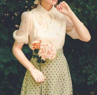 【納期25日】デザインブラウス 小花柄 半袖 パフスリーブ 半袖 ふんわり かわいい 上品 フェミニン お呼ばれ デート 大人ラブリー おでかけ トップス 着回し お姫様 お嬢様 セミロリータ