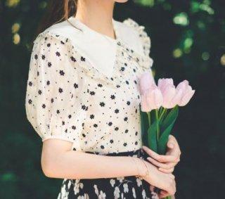 小花柄ブラウス2色 春夏 半袖 パフスリーブ かわいい コンパクト 大きいサイズ サイズ豊富 エレガント 上品 きれいめ フェミニン 大人 おしゃれ トップス 着回し 華やか ガーリー おでかけ デー