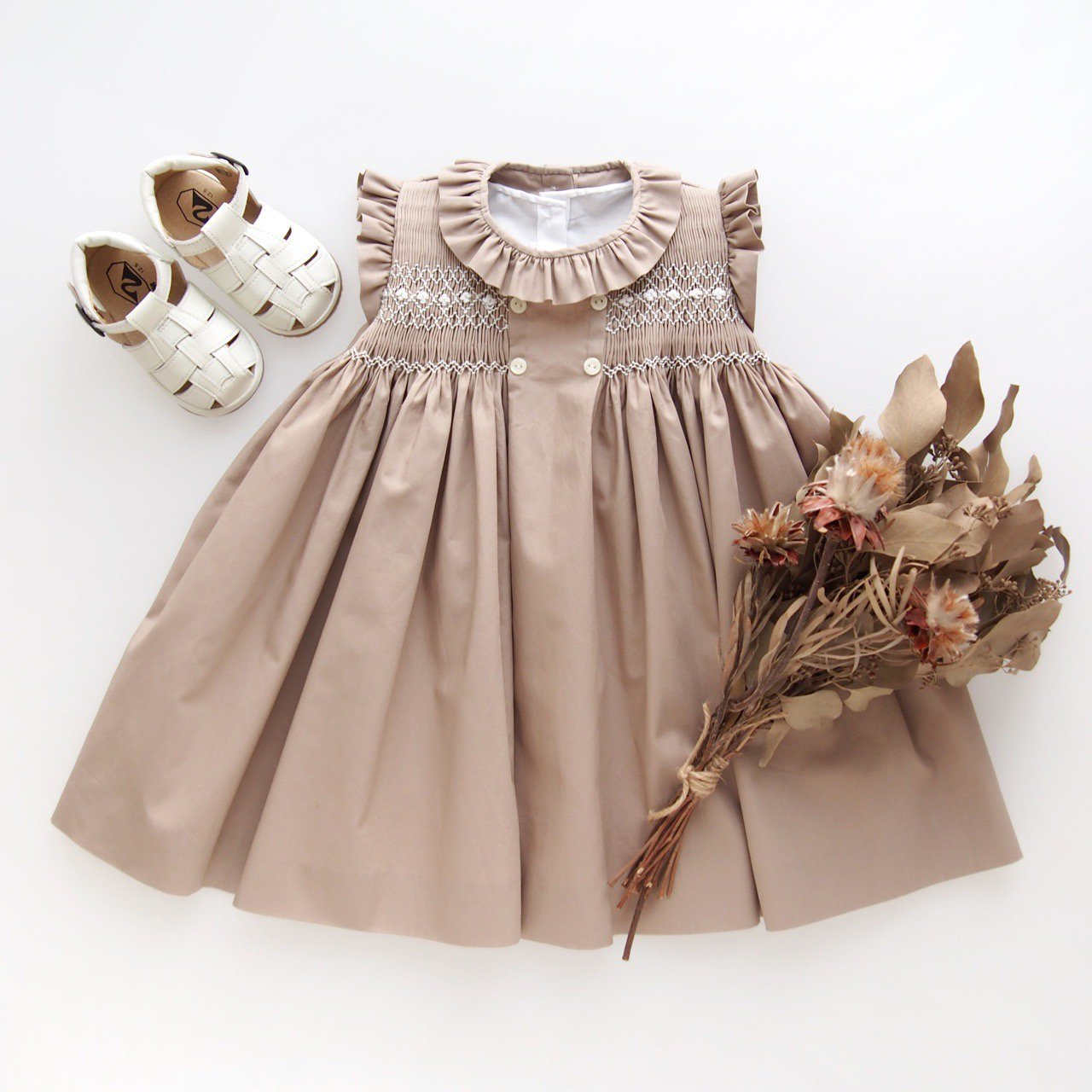<img class='new_mark_img1' src='https://img.shop-pro.jp/img/new/icons1.gif' style='border:none;display:inline;margin:0px;padding:0px;width:auto;' />Aruca - Canela smocked dress