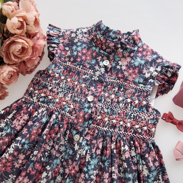 <img class='new_mark_img1' src='https://img.shop-pro.jp/img/new/icons1.gif' style='border:none;display:inline;margin:0px;padding:0px;width:auto;' />Amaia Kids - Hydrangea dress (Liberty navy)
