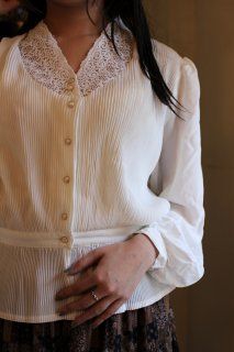 Vintage Embroidery Lace Pleats Blouse<img class='new_mark_img2' src='https://img.shop-pro.jp/img/new/icons14.gif' style='border:none;display:inline;margin:0px;padding:0px;width:auto;' />